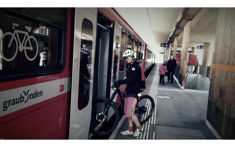 Einsteigen am Bahnhof Filisur