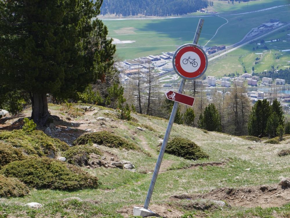 Illegale Bike-Verbotstafel auf Alp Munt in Samedan