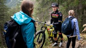 Fairtrail Graubünden: Nino Schurter trifft Wandererin